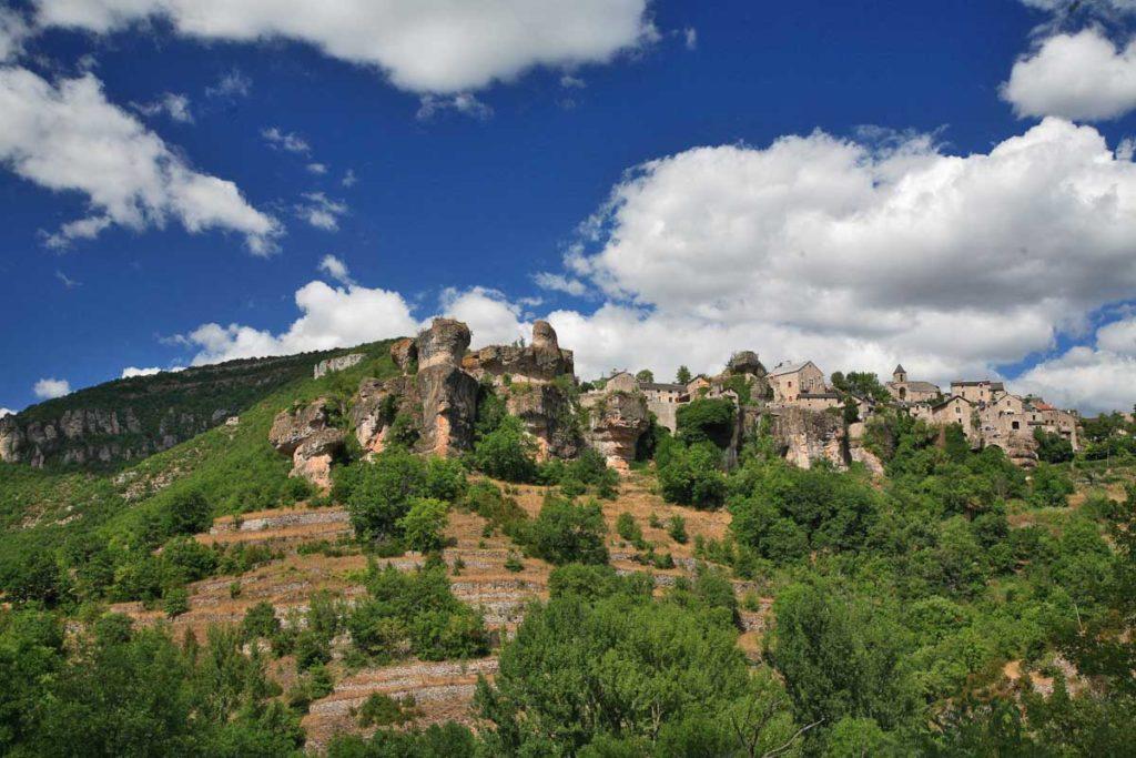 Village de Cantobre dans la vallée de la Dourbie en Aveyron